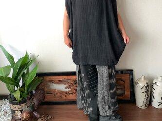 シンプルな貫頭衣風だけど細部にこだわる手織り綿チュニックブラウス 二の腕きれいみせスリットや裾サイドボタンの画像