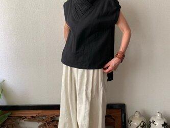 際立つシャープラインのピンタック襟が嬉しい手織り綿ブラウス パフスリーブとバックテールも 小柄で細身な方向け 黒無地の画像