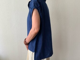 際立つシャープラインのピンタック襟が嬉しい手織り綿ブラウス パフスリーブとバックテールも 小柄で細身な方向け 紺絣の画像