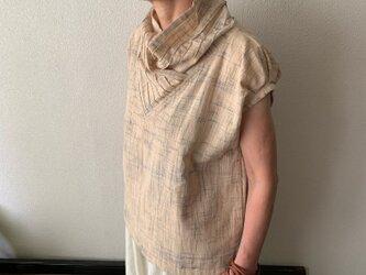 際立つシャープラインのピンタック襟が嬉しい手織り綿ブラウス パフスリーブとバックテールも 小柄で細身な方向け ベージュ絣の画像