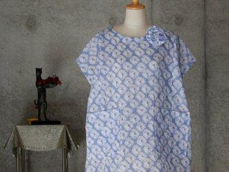 着物リメイク 有松絞りのチュニックブラウス/フリーサイズ  綿紅梅 ブローチ付きの画像