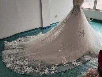 ロングトレーン ウエディングドレス オフショルダー 編み上げ式の画像