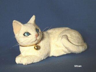 縮緬猫フィギュア 青い目の白猫の画像