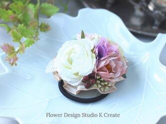 白い薔薇と黄緑のラナンキュラスのヘアゴム お花 ヘアゴム 髪飾り 白薔薇 お出掛け ヘアアクセサリーの画像