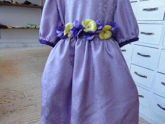 ラベンダー色のドレスの画像