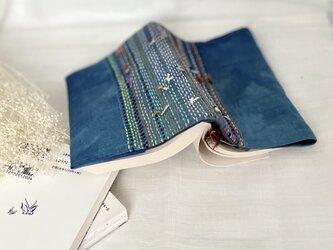 余り糸と藍染めハギレのブックカバーの画像