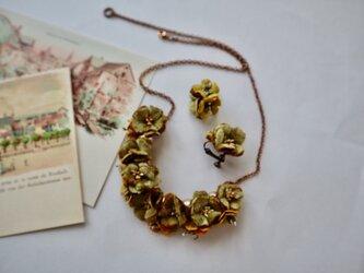 ヴィンテージリボンのブラウンネックレスとイヤリングのセットの画像