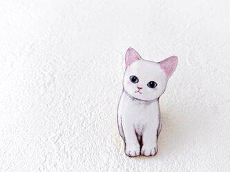 ミルク色の子猫のブローチの画像