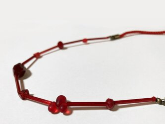 ビーズとツイストコードの赤いネックレスの画像