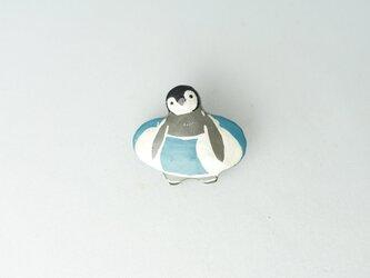 浮輪 皇帝ペンギンひな 漆ブローチの画像