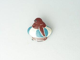 浮輪 王様ペンギンひな 漆ブローチの画像