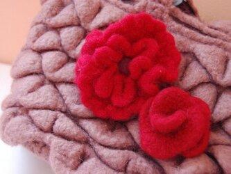 フェルト紅花コサージュ・2個セットの画像