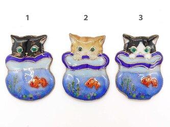 [受注制作]金魚鉢と♪ねこの七宝焼ミニブローチの画像