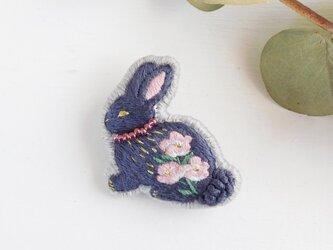 花うさぎ 月見草 刺繍ブローチ 【受注製作】の画像