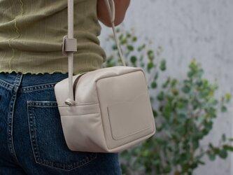 white ivory・キューブポシェット◎内装キーホルダー付き:ポケット機能充実しています。の画像