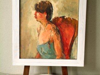 赤い椅子に座る女性の画像