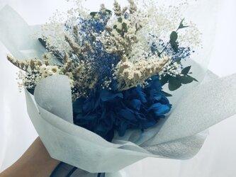 プリザーブドフラワー青い紫陽花とかすみ草と小花の花束の画像
