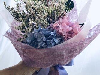 プリザーブドフラワーパープルとピンク紫陽花とかすみ草と小花の花束の画像