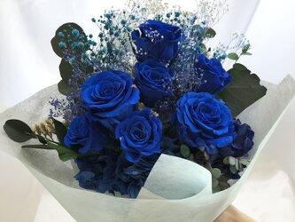 プリザードフラワー青い薔薇とかすみ草と小花の花束の画像