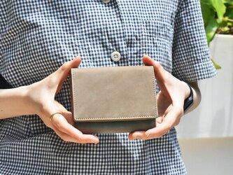 オールレザーで仕上げたシンプルで上質な二つ折り財布 【グレージュ】名入れできます HAW006の画像