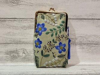青いお花刺繍のふわふわメガネポーチの画像