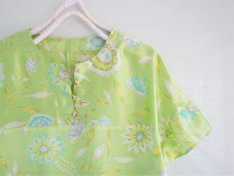 フリル袖のブラウス 若草色のシルクの画像