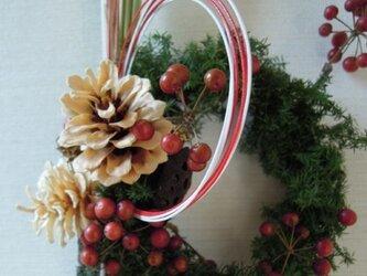 お正月飾り(杉と松ぼっくり)の画像