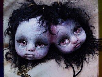 頭部結合双生児ペンダントの画像