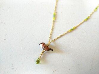 雀のネックレス(ペリドット)の画像