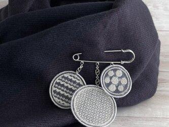 幾何学模様のオーガンジー刺繍 3連ブローチ(シルバー)【受注制作】の画像