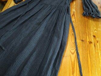 七分袖のゆったりワンピース(濃紺)の画像