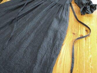 七分袖のゆったりワンピース(チャコールグレー)の画像