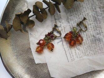 揺れる秋色ビーズのイヤリング・ピアスの画像