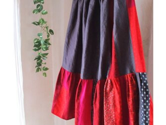リネン 絵画なパッチワーク 揺れるティアードスカート dark gray & dark red ウエストゴムの画像