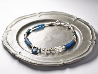 インディゴブルーカイヤナイト、ハーキマーダイヤモンド、ラブラドライト、ローマングラスと、アンティークビーズカレンシルバーのブレスの画像