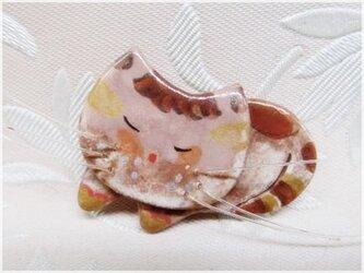 薄桃色の眠る猫(粘土ブローチ)・IBー42Pの画像