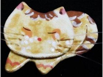 薄黄色の眠る猫(粘土ブローチ)・IBー42Yの画像