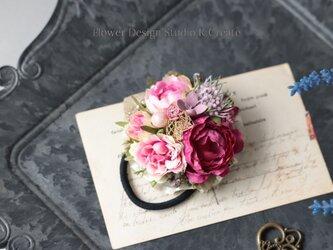 ローズピンクの薔薇とスカビオサのヘアゴム お花 ヘアゴム 髪飾り お出掛け ヘアアクセサリーの画像