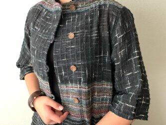センターもサイドも裾もポケットもアシンメトリーの手織り綿7分袖ブラウス 裾サイドのスリットで躍動感のあるデザインで 黒絣の画像