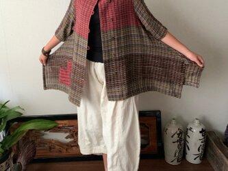 センターもサイドも裾もポケットもアシンメトリーの手織り綿7分袖ブラウス 裾サイドのスリットで躍動感のあるデザインで 赤茶絣の画像
