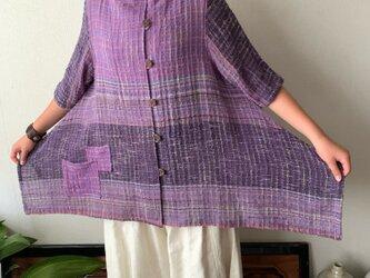 センターもサイドも裾もポケットもアシンメトリーの手織り綿7分袖ブラウス 裾サイドのスリットで躍動感のあるデザインで 紫絣の画像