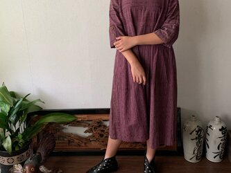 襟もとのドットとウエスト切り替えがキュートな手織り綿ワンピース 赤紫絣の画像