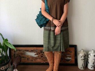 裾切り替えボックスプリーツですっきりの丈短め手織り綿ワンピース 茶絣の画像