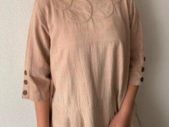 襟もとのドットとウエスト切り替えがキュートな手織り綿ワンピース ピンクベージュ絣の画像