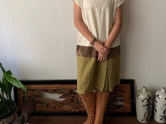 裾切り替えボックスプリーツですっきりの丈短め手織り綿ワンピース 白絣の画像