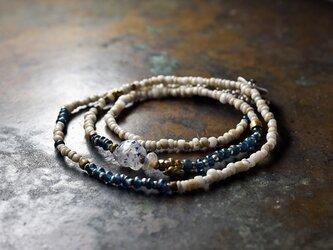 古代施釉水晶と古代瑪瑙、インディゴブルー&ホワイトビーズ、oldオリッサブラスの華奢なネックレスの画像