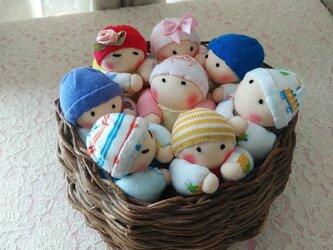 赤ちゃん人形8個(かご付き)の画像