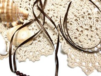 送料込・チョコレートブラウンのパール・リボンのネックレス・金属アレルギー対応(極力)の画像