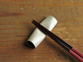 和紙と漆の箸置き 檀紙 白漆の画像