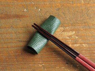 和紙と漆の箸置き 檀紙 緑漆の画像